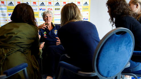 Pia Sundhage intervjuas under mediamingel